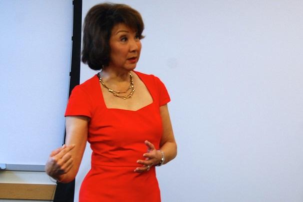 UW Comm Alumni Hall of Famer Lori Matsukawa visits campus
